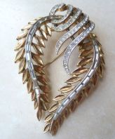 Vintage Large Crown Trifari Draped Garland Leaf 50's Brooch.